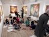 1.uczniowie-i-goŤcie-z-czech-w-Galerii-BWA.-Po-obejrzeniu-wystawy-rysuj¦ů-sw-j-obrazek-inspirowany-wystaw¦ů