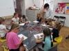 4.-uczniowie-rysuja-nauczyciel-daje-wskaz-wki