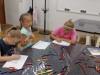 6-uczniowie-rysuja-kredkami-prace-na-konkurs