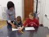 3-uczniowie-rysuj¦ů-prace-na-konkurs.-nauczyciel-daje-wskaz-wki.