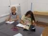 5-uczniowie-przy-stoéach-rysuj¦ů-prace-na-konkurs