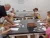 1.-uczniowie-w-pracowni-BWA-razem-z-panem-z-galerii-projektuja-mozaik¦Ö