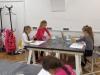 2.-uczniowie-maluja-Uroki-Podkarapacia-farbami