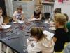 4-grupa-uczennic-przy-staéach-projektuj¦ů-model-parasola