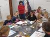 7-uczniowie-maluja-nauczyciel-ogl¦ůda-prace