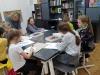 7.-prowadząca-zajęcia-pani-ogląda-prace-uczniów.