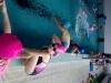 innowacja-uczennica-na-brzegu-uczy-sie-skok-w-do-wody