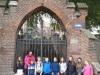 Klasa-5a-z-przewodnikiem-przed-klasztorem-Karmelitanek