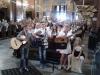 Grupa-muzyczna-podczas-wykonywania-utworu-w-kościele