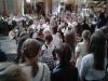 Uczniowie-i-rodzice-podczas-uroczystej-mszy-świętej-inaugurującej-nowy-rok-szkolny