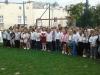 Uczniowie-młodszych-klas-na-boisku-szkolnym-podczas-apelu