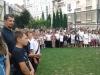Uczniowie-starszych-i-młodszych-klas-na-boisku-podczas-apelu