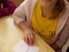 1_uczennica-wypisuje-kartk¦Ö-pocztow¦ů-2