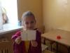 uczennica-pokazuje-wypisane-kartki-pocztowe-2