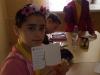 uczennica-pokazuje-wypisane-kartki-pocztowe