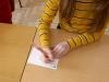 uczennica-wypisuje-kartk¦Ö-pocztow¦ů-2