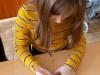uczennica-wypisuje-kartk¦Ö-pocztow¦ů-3