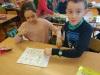 11.-Uczniowie-grają-w-grę-planszową
