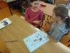 2.-Dziewczynki-grają-w-Papier-nożyce-kamień