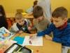 4.-Uczniowie-grają-w-grę-planszową-Snakes-and-Ladders