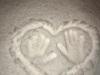 12.-Dłonie-odbite-na-śniegu-w-kształcie-serca