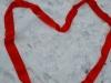 7.-Serce-z-tasiemki-na-śniegu