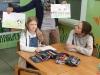 10-nauczyciel-pokazuje-prace-dziewczynek
