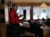 3.-Trener-prezentuje-sprzęt-narciarski