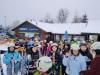 39.-Grupa-narciarzy-z-nartami-w-ręku
