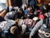 4.-Uczestnicy-szkolenia-zakładają-buty-narciarskie