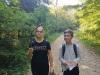 16.-Uczniowie-na-drodze-w-lesie